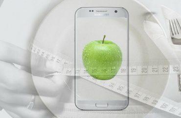 telefon z jabłkiem na wyświetlaczu