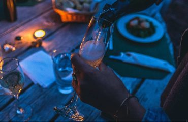 nalewanie szampana do kieliszków