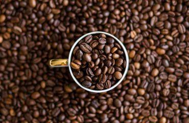 ziarna kawy w kubku