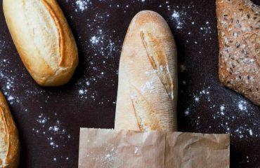 bochenki chleba na czarnym blacie