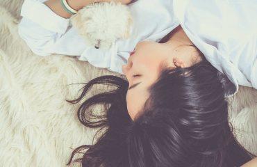 śpiąca kobieta z małym pieskiem