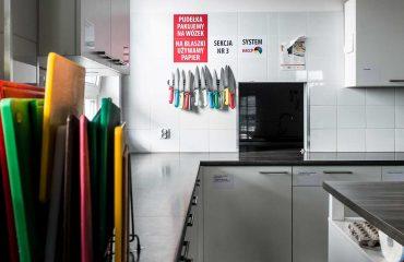 kuchnia z czystymi blatami i akcesoriami