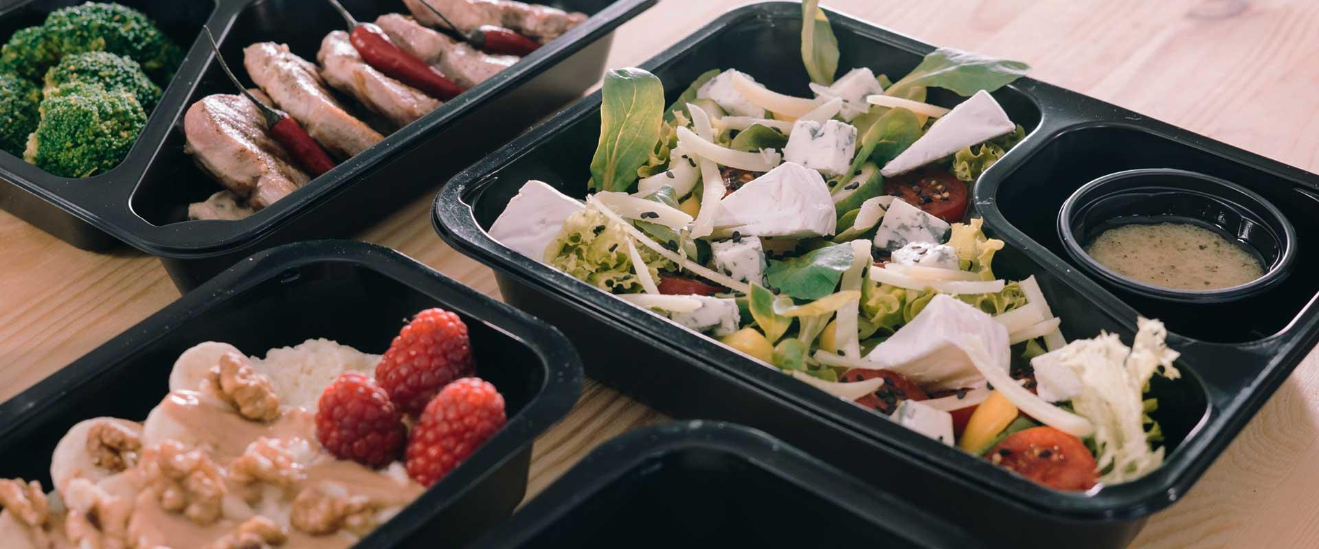 pudełka z jedzeniem