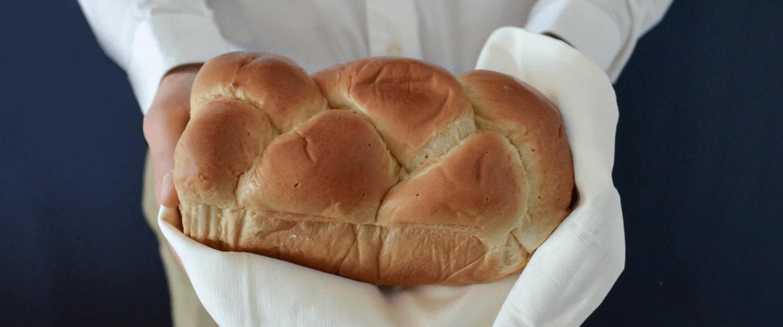 biały chleb w dłoniach